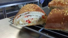 Brood gevuld met gruyère kaas, paprika en Provençaalse kruiden