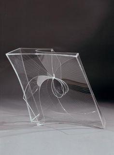 Dit kunstwerk is gemaakt door Naum Gabo. het beeld is van plastic of van glas gemaakt, in ieder geval kan je door het beeld heen kijken. Gabo zorgt ervoor dat zijn vormen spreken dit doet hij door niet gebruik te maken van kleur, maar alleen van duidelijke vormen. De vormen hier zijn geometrisch maar ook dynamisch.