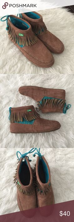 Sanuk fringe moccasin style boots. Honey bee boots Like new Sanuk honey bee Fringe boots. Worn once. Please review photos for details and measurements. No trades. Leather upper Sanuk Shoes Ankle Boots & Booties
