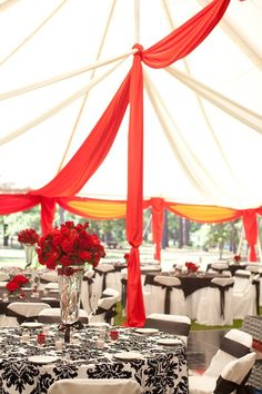 Red, black and white decor in this outdoor fusion Indian reception. Photo by www.paulaplayer.com