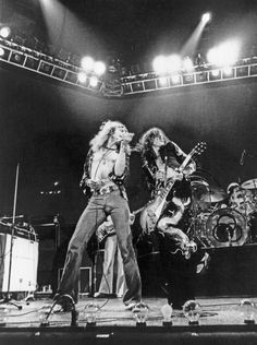 Robert Plant and Jimmy Page at Earls Court in London photographed by Pennie Smith, 1975 Real Live Music! Jimmy Page, The Clash, Robert Plant, Rock Posters, Concert Posters, Great Bands, Cool Bands, Hard Rock, Punk Rock