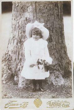 Grã-duquesa Marie Nikolaevna da Rússia na frente de uma árvore em Tzarskoe Selo, cerca de 1902.