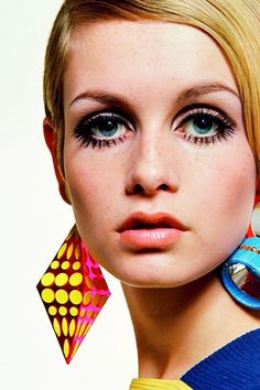 Twiggy, photographed by Bert Stern, 1967 - born Lesley Hornby, Twiggy was a fashion icon of the (I remember at 18 and weighing all of 98 lbs. I stopped eating dinner for a few days to weigh 94 lbs. like Twiggy! Jean Shrimpton, Sixties Fashion, Retro Fashion, Vintage Fashion, 1960s Fashion Hippie, Fashion Kids, Fashion Models, Fashion Fashion, Gothic Fashion