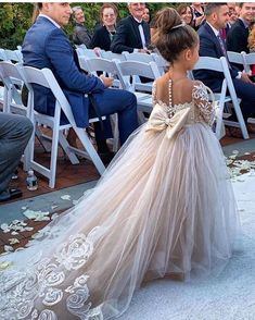 """Mi piace"": 2,425, commenti: 66 - L U X U R Y Flowergirl Dresses (@vintagerosebyhannahaj) su Instagram: ""Walking down the aisle like the princess that she is in her Sophia gown…"""