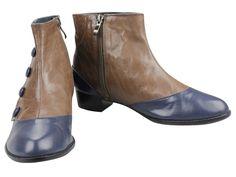 Botines de piel combinada en dos tonos con adorno lateral de botones con cremallera frontal.