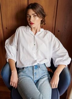 White shirt and high waist jeans.