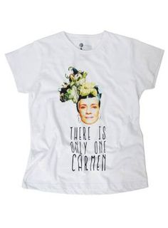 """A Garimppo acaba de lançar, em parceria com a marca Moda Focka, uma linha de camisetas divertidas com motivos carnavalescos. A estampa """"Carminha"""", com a imagem da vilã de 'Avenida Brasil', interpretada por Adriana Esteves, é uma das populares Foto: Reprodução"""