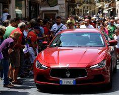 The arrival of the Maserati Ghibli Rosso Energia in Taormina.