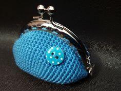 Monedero azul con botón lunares