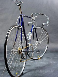 The best old and vintage bikes. Get inspired in an industrial style. Bici Retro, Velo Retro, Velo Vintage, Vintage Bicycles, Classic Road Bike, Classic Bikes, Bici Fixed, Push Bikes, Specialized Bikes