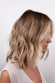 The smudged root trend. This strategic color placement blends together your natural color with your desired shade, without any harsh lines. Read on to find why smudged roots have quickly become a top salon service. Bayalage, Blonde Balayage Honey, Ombre Blond, Honey Blonde Hair, Dark Blonde Bobs, Blonde With Dark Roots, Blonde Roots, Root Smudge Blonde, Hair Shadow