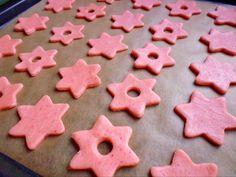 480g hladké mouky 120g malinového pudinkového prášku (může být i jahoda....) 400g tuku (máslo, hera) 3 žloutky 200g cukru moučka trošku červeného barviva Těsto necháme uležet do druhého dne. Pečeme při 170-180C/8min. Slepujeme malinovou nebo jinou marmeládou. Zdobíme tenkými proužky bílé polevy. Christmas Cookies, Cookie Cutters, Desserts, Food, Xmas Cookies, Deserts, Christmas Crack, Dessert, Christmas Desserts