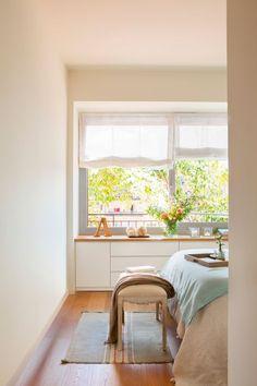 Banco bajo la ventana con cajones y puertas en dormitorio (429285)