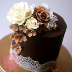 Torta de colores tierra y detalles de blonda