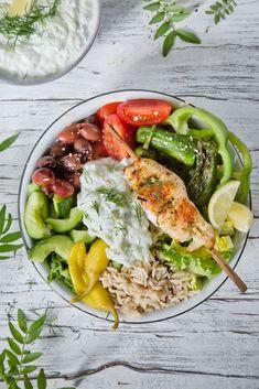 Knoblauch recipe for kids lunch Tsatsiki-Reis-Bowl mit Hühnchenspieß. Chicken Parmesan Recipes, Chicken Salad Recipes, Healthy Salad Recipes, Vegetarian Recipes, Food Bowl, Chicken Skewers, Greek Salad, Quick Meals, Crockpot Recipes