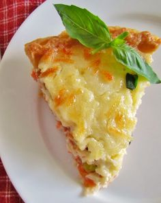 Country Tomato and Bacon Pie is comfort food at its finest. Fresh tomatoes with layers of cheese and bacon all baked in a yummy pie crust! Quiche Recipes, Pie Recipes, Cooking Recipes, Spinach Recipes, Vegetable Recipes, Yummy Recipes, Cooking Tips, Dinner Recipes, Scones
