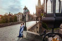 Wedding. Couple on Charles Bridge - Photographer in Prague