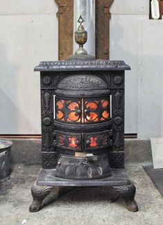 old and antique cole stoves Antique Wood Stove, How To Antique Wood, Vintage Wood, Small Wood Burning Stove, Modern Stoves, Coal Stove, Stove Heater, Wood Stove Cooking, Magic House