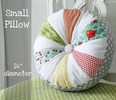 simple sprocket pillow tutorial, via Cluck Cluck Sew (modify it a bit and use leftover bunting triangles! Sewing Pillows, Diy Pillows, Decorative Pillows, Quilting Projects, Sewing Projects, Sitting Cushion, Cluck Cluck Sew, Pillow Tutorial, Small Pillows