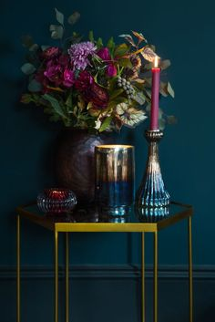Love the mix of golds, brass, blue and purples in this scene. The gold hexagonal side table would look great at the end of a sofa, and the rich, deep colours are ideal for autumn and winter living rooms. Can't get enough of this new colour palette #colouroftheyear #abyamara #abyamaraaw18 #sidetable #metallichome