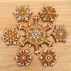 CosmoCookie: Iced Gingerbread Snowflake Cookies, I Love snowflakes! Gingerbread Decorations, Christmas Gingerbread, Christmas Treats, Christmas Baking, Gingerbread Cookies, Christmas Time, Italian Christmas, Gingerbread Houses, Snowflake Cookies