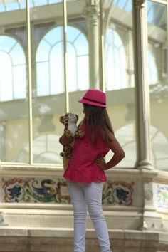 """Le enseño a """"Frodo"""", mi peluche, el Palacio de Cristal, en el Retiro de Madrid"""