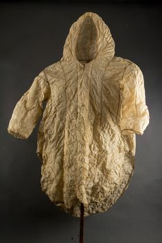 Inuit Parka - there used to be one like this on display at the Royal Museum in Edinburgh, it was made of seal intestines. Outdoor Outfit, Stay Warm, Alaska, Lion Sculpture, Museum, Outdoor Clothing, Statue, Costumes, Edinburgh