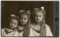 Three Sailor Sisters, Photographer Adolf Silaba in Kutná Hora (Bohemia, Czechia). CDV circa 1910.