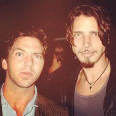 Chris Cornell  Eddie Vedder  Linda Ramone compartió esta foto de Chris junto a Eddie Vedder celebrando el cumpleaños de Johnny Ramone en 1998.