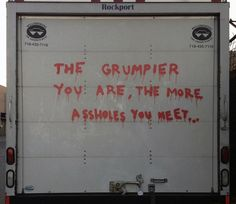 """Banksy fait le buzz tout le mois d'octobre avec son exposition """"Better Out Than In"""".  Chaque jour, le célèbre artiste de rue dont personne n'a encore vu le visage dévoile une nouvelle œuvre dans un endroit de New York."""