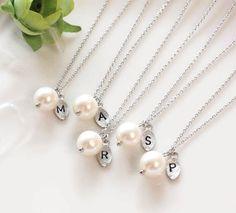 Cadeaux de demoiselle d'honneur - Set de 3, 4, 5 - feuille collier pendentif initial, perle, collier personnalisé, perle d'eau douce, perles de Swarovski par ElliesButton sur Etsy https://www.etsy.com/fr/listing/127356505/cadeaux-de-demoiselle-dhonneur-set-de-3