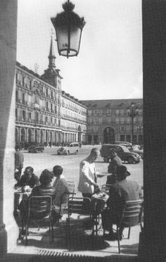 old photo, Plaza Mayor, Madrid Spain Old Pictures, Old Photos, Foto Madrid, Le Palais, World Cities, Environment Design, Oh The Places You'll Go, Black And White Photography, Spanish