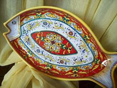 Piatto di portata di ceramica decorato a mano #Majolica #Italy http://ceramicamia.blogspot.it/2009/11/in-un-piatto-decorato-il-sapore-di-mare.html