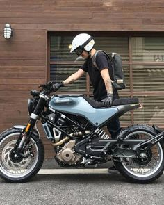Husqvarna Svartpilen 401 Tag a moto lover Cafe Bike, Cafe Racer Bikes, Cafe Racer Motorcycle, Cafe Racers, Suzuki Cafe Racer, Estilo Cafe Racer, Cafe Racer Style, Motorcycle Equipment, Retro Motorcycle