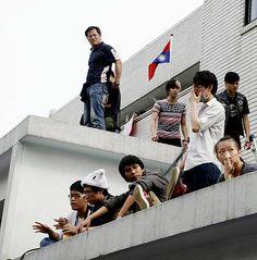 立法院を占拠した学生ら=19日、台湾の台北市(EPA=時事) ▼19Mar2014時事通信|学生100人超が国会議場占拠=中国との協定に反対-台湾 http://www.jiji.com/jc/c?k=2014031900405