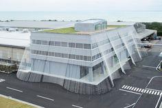 (Courtesy Takumi Ota, Shinkenchiku, via Kengo Kuma) Japanese architectKengo Kuma has given an office in Nomi, Japan, a carbon fiber curtain that spans out