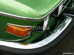 Regentropfen auf grünem Metalliclack eines alten BMW 3.0 CSi Sportwagen Klassikers aus den Siebziger Jahren