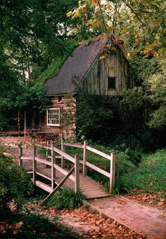 Old Cabins, Wooden Cabins, Log Cabin Homes, Cabins And Cottages, Tiny Log Cabins, Mountain Cabins, Mountain Dream Homes, Small Log Homes, Log Cabin Living