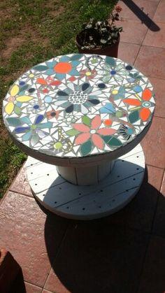 Rollo de cable transformado en mesa para el patio con t cnica vitro mosaiquismo y stensil en - Muebles moreno talavera ...