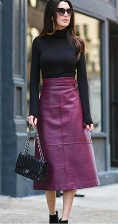 30 Chic Leather Skirt Outfits Ideas You Must Try Burgundy Dress Outfit, Burgundy Skirt, Winter Skirt Outfit, Long Leather Skirt, Leather Skirts, Long Skirt Outfits, Fashion Moda, Leather Fashion, Autumn Fashion