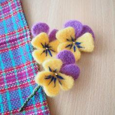 羊毛フェルトでパンジーブーケを作りました。 羊毛フェルトでお花を作るのは久しぶり。 数年前にOZ PLUSという雑誌に載せるための鉢...