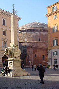 Vista del Pantheon, Santa Maria Sopra y la fuente del Elefante de Bernini, Roma Italia.