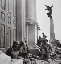 Robert Capa in Italia American soldiers to Troina, in front of the Cathedral of Maria SS. Annunziata, photography Robert Capa in Italy War Photography, Street Photography, First Indochina War, Henri Cartier Bresson, Foto Fashion, American Soldiers, Magnum Photos, Martin Parr, World History
