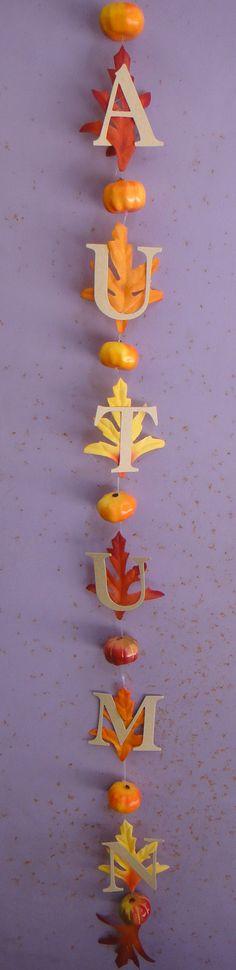 Tira muy simple con letras de cartulina craft, hojas de tela y mini-calabazas de porex.  www.misuenyo.com / www.misuenyo.es