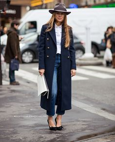 Best Outfit Ideas For Fall And Winter 25 Perfect Ways to Style a Navy Blue Coat Navy Wool Coat, Navy Trench Coat, Navy Overcoat, Long Coat Outfit, Trench Coat Outfit, Outfits With Hats, Mode Outfits, Navy Outfits, Latest Outfits