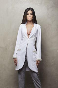 Jaleco Feminino acinturado Beauty Uniforms, Doctor Coat, White Lab Coat, Scrubs Uniform, Lab Coats, Nurse Costume, Medical Uniforms, Nursing Clothes, Medical Scrubs