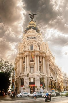 Neoclassical Architecture, Classic Architecture, Commercial Architecture, Beautiful Architecture, Architecture Details, Madrid City, Madrid Travel, Best Background Images, Flatiron Building