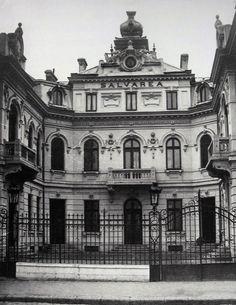 """Cea mai necunoscuta cladire din acest top este, cu siguranta, sediul Ambulantei (Salvarii) de pe Splai, care dupa 1947 a devenit Spitalul Sportivilor. Se gasea undeva intre Sfatul Popular al Raionului """"Nicolae Balcescu"""" si Podul Mihai-Voda. A fost demolat in anii '80. Acum acolo sunt blocuri care adapostesc o bancă, o societate de asigurări, un fastfood, un birou Tarom etc."""