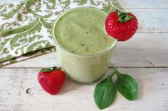 deboating smoothie with banana, spinach, strawberries, pineapple, coconut milk