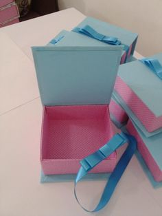 Caixa livro azul com rosa. Créditos da pagina do facebook: Amor de papel, scrap da Paty.